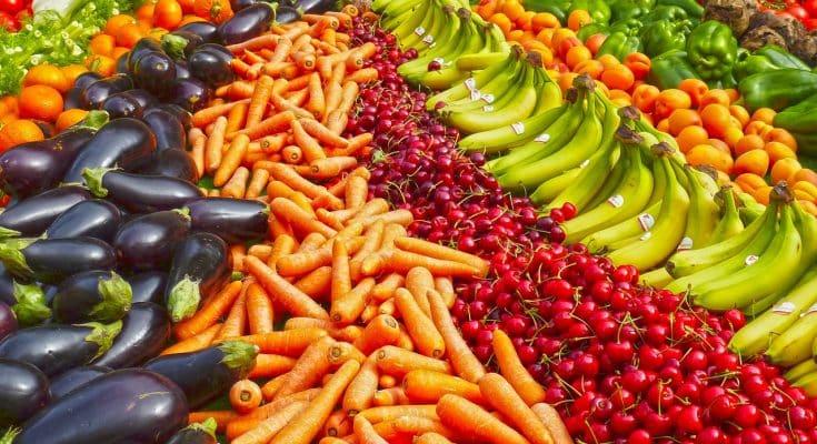 greengrocers 1468809 1280 735x400 - Le proprietà nutritive dei centrifugati di frutta e verdura